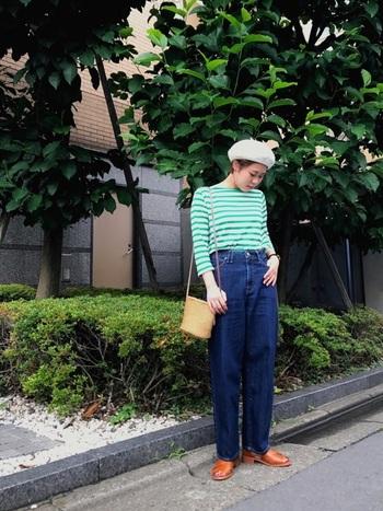 ボーダー柄トップス×ベレー帽は、フレンチスタイルの定番。晴れやかなグリーンのカラーボーダーとホワイトベレー帽が相まって爽やかな季節感ある着こなしに。