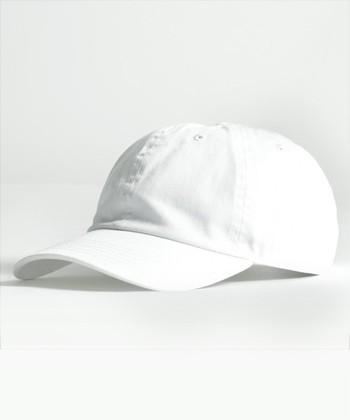 """「キャップ帽」をプラスした人気のスポーツミックススタイル。夏は、""""白""""をチョイスして、爽やかにアップデートしましょう。"""