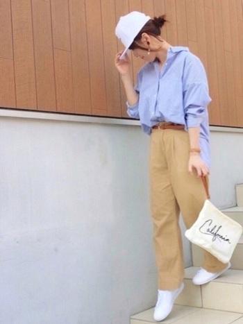 チノパン×シャツのキレイめカジュアルに、白のキャップで軽やかな抜け感を作ったコーディネート。定番スタイルも新鮮にアップデートすることができます。