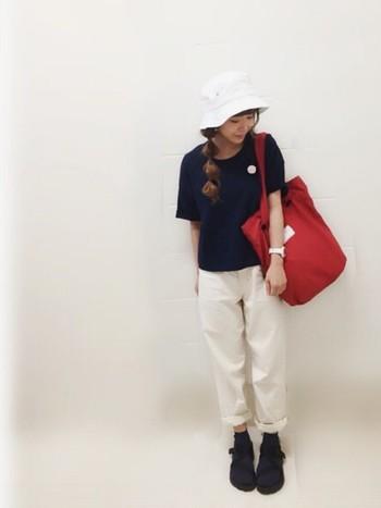 サファリハットとパンツをホワイトカラーでリンクさせたスポーツミックスコーデ。真っ赤なバッグが、程よい可愛らしさを加えています。