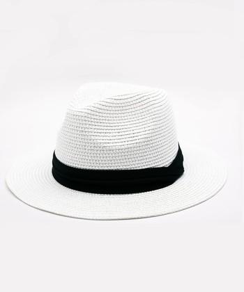 """締め付け感の少ないイージーな装いが多くなる夏。そんなリラックススタイルに、程よい""""きちんと感""""を加えてくれるのが「ストローハット」です。白いストローハットで、ハンサムなサマースタイルを楽しみましょう。"""