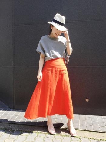 ビビッドなオレンジ色のスカートを主役に、白ハットが夏気分を盛り上げます。かっちりとしたストローハットは、キレイめスタイルと相性抜群です◎