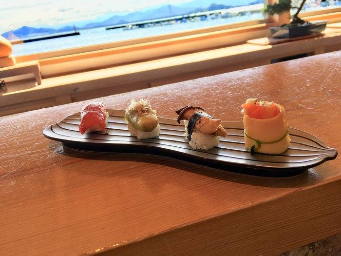 カウンター席からは糸島半島の穏やかな自然の景色を眺める事ができます。地元の新鮮な食材を使って握られたお寿司を堪能しながら、ゆったりと至福の一時を過ごしてみるのもいいですね。