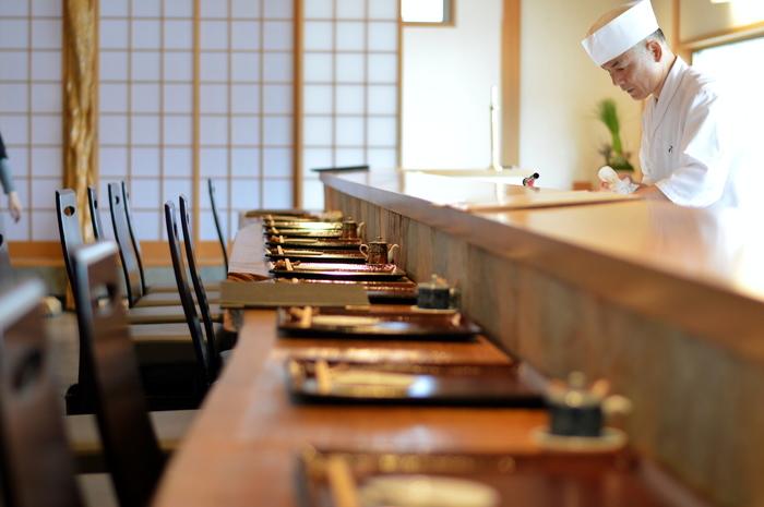今宿駅からバスで17分の場所にあるお寿司屋さん「空(Ku)」。大人な女子旅に相応しい落ち着いた雰囲気の店内で、旬のネタや和食を楽しむ事ができます。