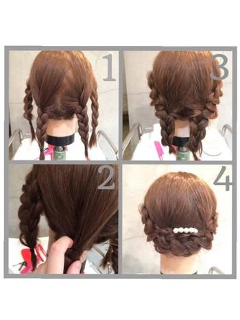 【三つ編みアレンジのやり方】  1.両サイドと後ろの髪をそれぞれ2つの毛束に分け、髪全体を合計4本の毛束にします。 2.4本の毛束すべてを三つ編みにします。 3.左右にある両サイドの三つ編みを、後ろ2本の三つ編みの根本にさし込みピンで固定します。 4.両方をさし込んだら、2本になった三つ編みをそれぞれ反対方向へ流し、ピンで固定して完成。