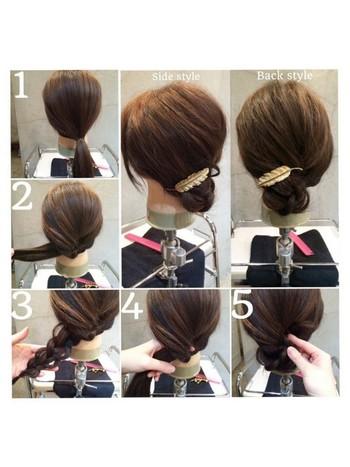 1.少し左寄りに髪をひとつに束ねます。 2.真横(左側)からくるりんぱをします。 3.くるりんぱした髪を毛先まで三つ編みにします。 4.くるりんぱした根本の空洞部分に、三つ編みの毛先をさし込みピンで固定します。 5.バレッタをバランスよくつけて完成です。  適度なルーズ感がありつつも女性らしい品のある雰囲気で浴衣によく合います。