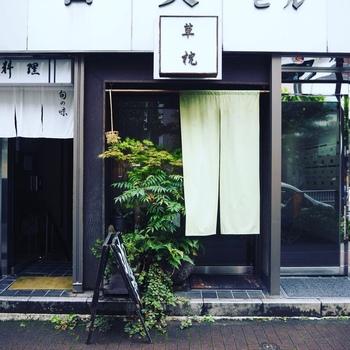 JR新橋駅/地下鉄銀座線・虎の門駅のちょうど中間に立地。和の外観ですが、自家焙煎コーヒーを出してくれる喫茶店です♪