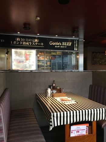 ニューヨークのおしゃれなダイナーを彷彿させてくれるモノトーンストライプのテーブルクロスが印象的な店内はクールな内装で食べることに集中させてくれます。