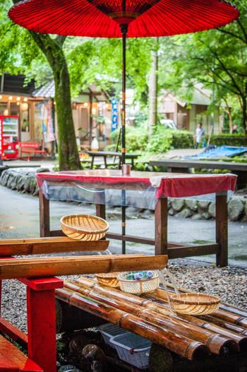 真名井ノ滝の近くには、流しそうめんの発祥のお店「千穂の家」があります。一年中味わえますが、やっぱり夏が一番!童心に返って、次から次に流れてくるそうめんを箸ですくいながら楽しんでみませんか?