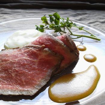 マリネしておいた塊肉を魚焼きグリルで焼き、アルミホイルで包んで中までジンワリ火を通して作る自家製ローストビーフ。洗い物が少なく簡単に作れるので是非挑戦してみて下さいね。