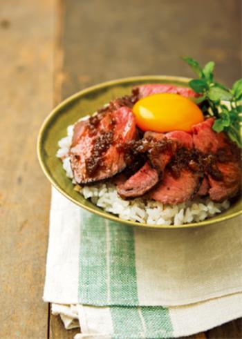 柔らかいお肉と玉ねぎベースの甘辛だれがご飯によく合う、自分で作る自家製ローストビーフ丼。お肉を薄くカットするもよし、分厚く食感も楽しむアレンジもよし。色々楽しめるローストビーフ丼のレシピです。