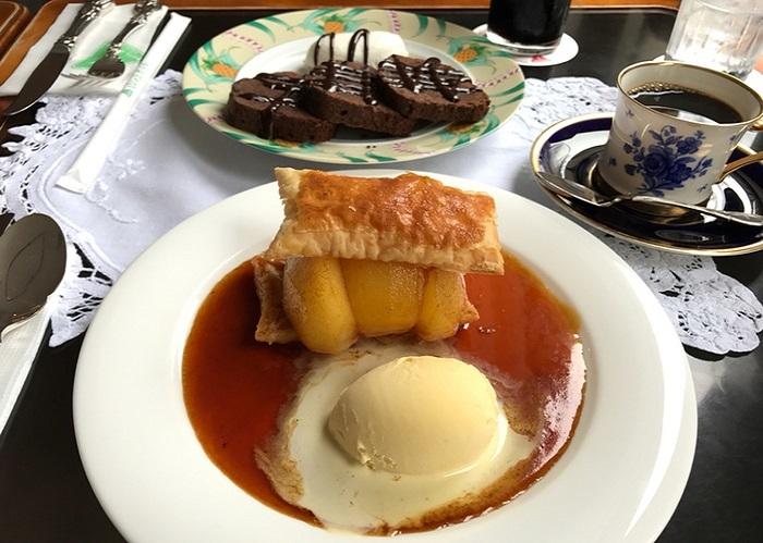手前は『特製りんごパイアイスクリーム添え』、向こうはブランデーが香るチョコレートのパウンドケーキにチョコレートソースを掛け、生クリームを添えた『悪魔の食べ物』。