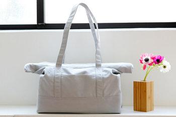 口をくるくると折りたたんでフタができ、荷物の多さによって調節できるとっても便利なデザイン。