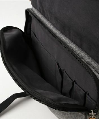 ペン類や細々としたものを収納できるポケット付きで、旅行やお出かけに活躍しそうです。