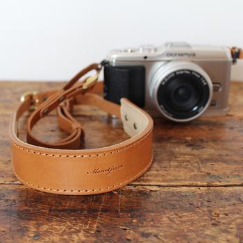 上質で厚口の牛ヌメ革を贅沢に使用したカメラストラップ。使い込むほどにいい風合いに変化していくヌメ革は、革が好きな方に特に人気の素材です。