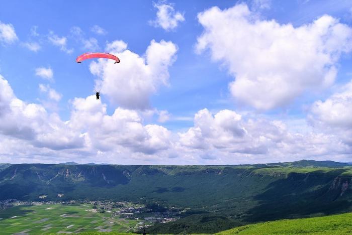 大観峰ではパラグライダー体験ができます。初心者でもOKなので空中散歩をして、空の上から阿蘇を眺める非日常を味わってみませんか?地上とはまた違う阿蘇の風景は、きっと一生忘れられない思い出になるはず♪必ず予約してから行きましょう。
