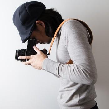 はじめは革が硬く感じるかもしれませんが、使い込んでいくうちにやわらかく変化していきます。カメラ好きの方へのプレゼントにも。