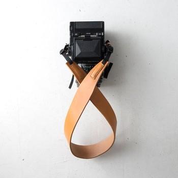 金属を使っていないカメラにやさしいカメラストラップ。重いカメラも体に馴染むストラップだと全然快適さが違ってきます。