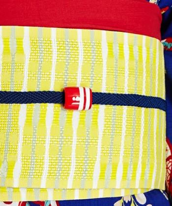 レース編みのシンプルな帯締めにトンボ玉がセットになっています。絹100%の紐が上品で、手描きのトンボ玉は可愛らしいワインポイントに。