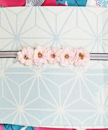 中央に花柄がデザインされている1本。軽やかなで、夏のコーディネートにも合います。