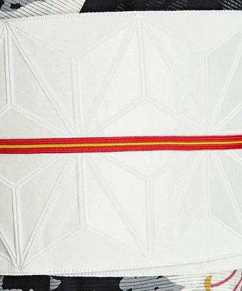 古風にもモダンにも見せられる優れものが、ラインの帯締め。シンプルな色の着物にはこのくらい色味がはっきとしたデザインを合わせるのもおすすめです。