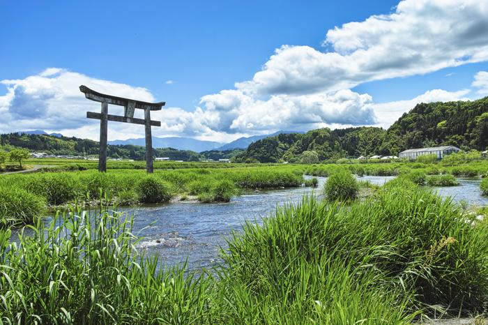 原尻の滝の側、緒方川の中には、なんとも珍しい鳥居が建っています。のどかな田園風景をただ眺めて過ごす…そんな夏の休日もいいですね!