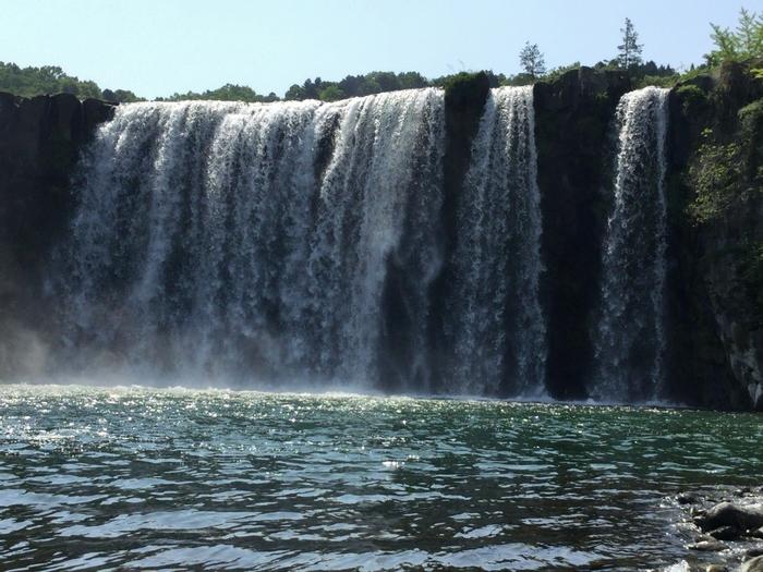 河原まで降りて滝を見上げると、そのスケールの大きさを実感できます。雨が降った後は水量が増えるため、より迫力満点!滝の水しぶきは、夏の暑さや疲れを吹き飛ばしてくれそう!