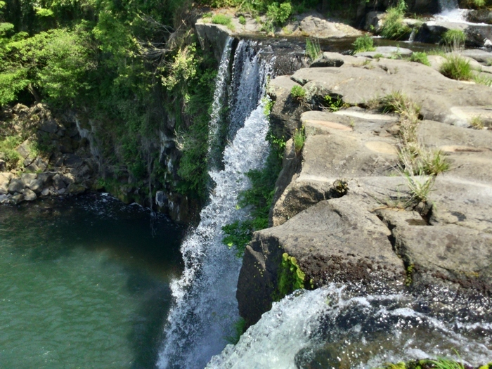 原尻の滝の上にはすぐ側に道路があるので、水が滝壺へと落ちていく様子を間近で見ることができます。滝を上から見下ろすのはスリル満点!フォトジェニックな写真が撮れるとあって人気のスポットです。