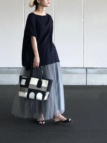 ふんわりとしたチュールスカート×ワイドTシャツのビッグシルエットコーデ。ボリューム感のある組み合わせですが、シックなモノトーン&涼しげな素材で、軽やかなサマースタイルに。