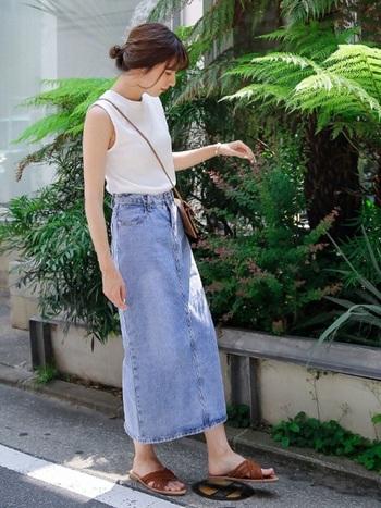 タイトシルエットのマキシスカートは、ノースリーブと合わせて縦長を強調してすっきりと着こなして。夏はライトカラーのデニムをチョイスするとより爽やかな印象に仕上がります。