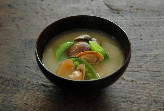 味噌は料理に旨味をプラスするだけでなく、肉や魚の臭みを和らげる効果を持っています。健康効果も期待できますが、その一方で味噌の塩分の取りすぎには注意したいものです。発酵食品である味噌は、熟成期間などで色も大きく変わるのが特徴です。毎日使い続けたいお味噌をご紹介します。