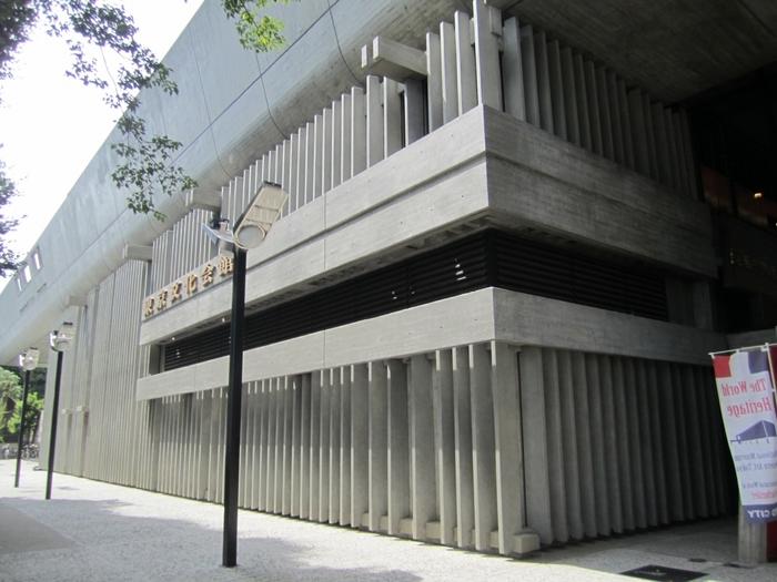 JR上野駅公園口を出てすぐ、まず見えるのがこちら「東京文化会館」です。1961年に建てられました。設計は建築家・前川國男氏。モダンな外観の音楽ホールです。大・小のホールがあり、オペラやバレエなどコンサートが行われています。
