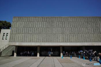 上野恩賜公園入り口を入って右側に見えるのが「国立西洋美術館」。先にご紹介した「東京文化会館」の向かいです。西洋美術に関する作品を多く展示している美術館で、絵画はもちろん彫刻などの立体芸術も楽しむことができます。本館の建築は、前川國男氏が師と仰いだル・コルビュジエ。本館は1959年に建てられ、2016年に世界遺産に登録されました。