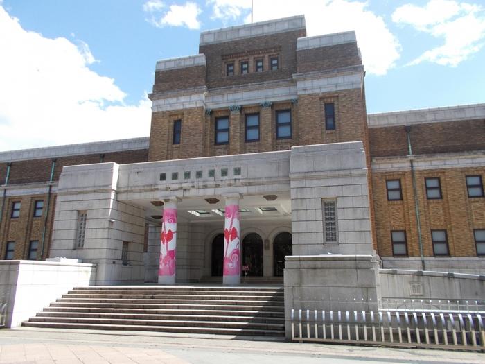国立西洋美術館のお隣には「国立科学博物館」があります(公園入り口から見て右奥)。日本で最も歴史のある博物館の一つで、常設展では、日本列島の生い立ちを巡る「日本館」の展示と、恐竜の実物化石や復元化石などを展示する「地球館」があります。また、特別展では子供や若い世代にも親しみやすい展示が開催されています。