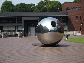 上野駅公園口を背にしてまっすぐ行き、上野動物園から右へ進むと「東京都美術館」に到着です。銀色の球体オブジェが目印の東京都美術館は、カジュアルアートから名画まで、一般の人にも分かりやすいアート展が多いのが特徴。「アートはあまりわからない」という人にもオススメの美術館です♪