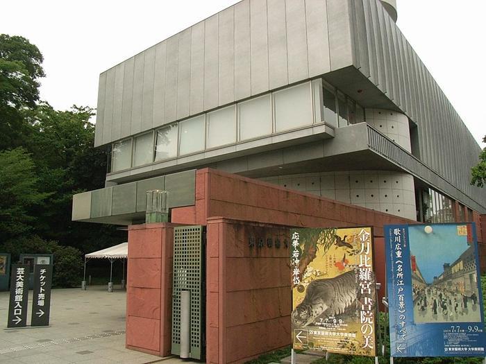 「上野恩賜公園」からちょっと外れますが、噴水の奥にある東京都美術館をさらに奥へ進むとあるのが「東京藝術大学大学美術館」。芸術資料の研究・保存・公開をする美術館、というと一見難しく感じますが、実はNHK大河ドラマ特別展「西郷どん」など、親しみやすい展示も開催されています。