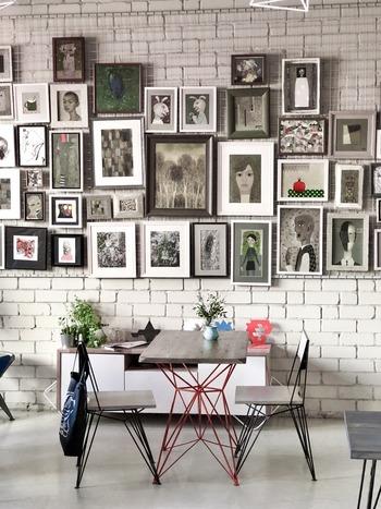 壁を塗り替えるのが難しい場合は、落ち着いたダークカラーのヴィンテージテイストの絵を飾るのもおすすめ。絵を複数枚飾れば、壁を塗り替えなくてもダークカラーな壁を演出できます。
