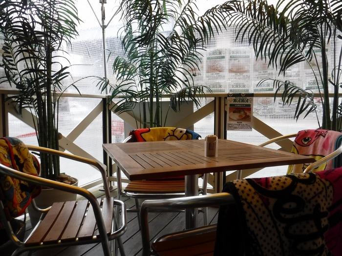 ハワイを彷彿させる南国風の外観、テラス。寒い時期にはブランケットも用意されているので、ぬくぬくゆったりとくつろげます。