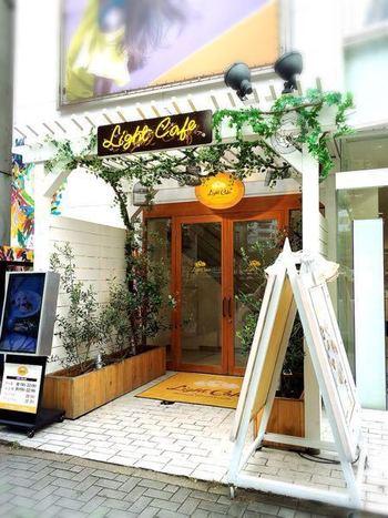 栄駅より徒歩約5分、白を基調とした可愛らしい外観が目を引くLight Cafe(ライトカフェ)。年中無休なのも嬉しいカフェです。