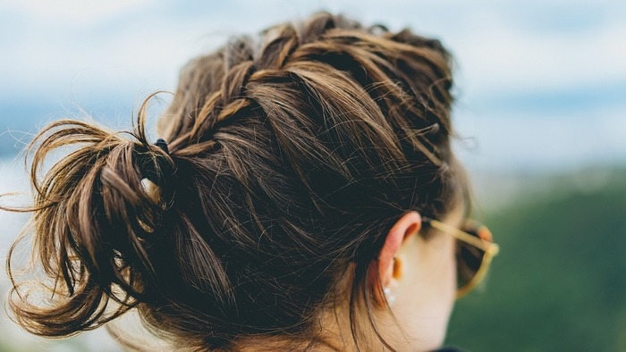 髪の毛をきゅっと結んで小さくまとめてあげることで、紫外線に当たる範囲が少なくなり対策に繋がります。夏コーデに合わせて髪の毛も素敵にアレンジして、おしゃれしながら上手に対策していきましょう。