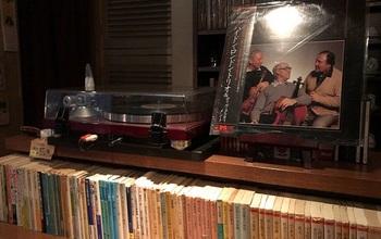 レコードプレイヤーは現役。BGMは低く流れるクラシックやジャズの名盤です。