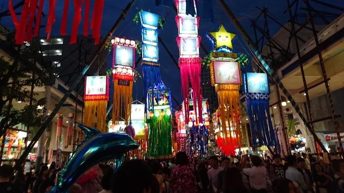 夜になるとライティングされて、昼間とは違った雰囲気の中で七夕飾りを楽しむことができます。夜までたっぷり楽しめるお祭りです。