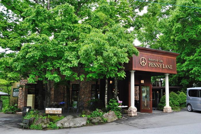 シックな店構えのペニーレインは、ベーカリーショップとレストランが併設しているお店。美味しいパンをお持ち帰りしても、店内でお食事しても◎。
