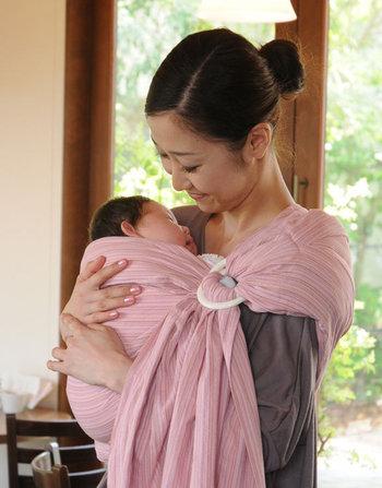 糸づくりから縫製まで全て日本製の「キュット ミー!」は、赤ちゃんを優しく覆うスリングです。体にそった自然な抱き方ができるので、赤ちゃんは安心して眠れます。 肩パットと取り外し可能な中綿入りの「キュット ミー!」 肩パットのみの「キュット ミー!823」 中綿も肩パットもないシンプルな「キュット ミー!Simple」の三種類があります。