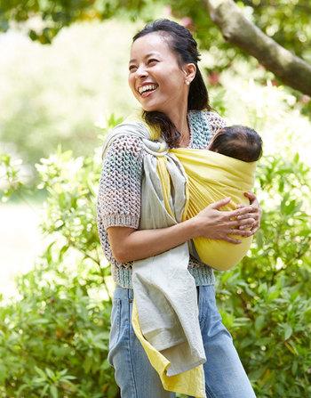 ベビースリングとは、新生児から使える抱っこ紐のこと。ハワイで誕生し、日本では1980年代後半に輸入されるようになり、2001年頃から日本で紹介されるようになりました。赤ちゃんの発達にそった抱き方ができるので、自然な体の発達を妨げません。