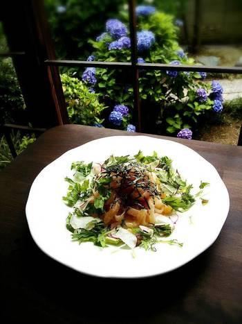 こちらの「明太子うどん」にもお野菜がたっぷり。もちもちしたうどんとお野菜を絡めて食べると、いろいろな食感が口の中で広がります。