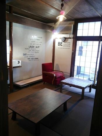 お座敷スペースも人気です。ちゃぶ台にソファの組み合わせがレトロモダンな雰囲気です。オーナー自らDIYしたこだわりのお店は、大人がゆったりと過ごすひとときにぴったりです。