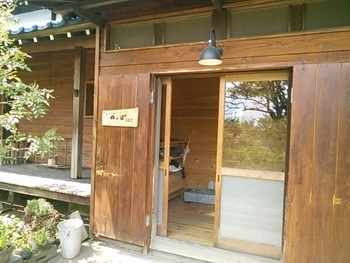 築50年以上経つ木造家屋をオーナー自身がリノベーションし、2010年にオープンしました。年季の入った引き戸が何ともレトロ。