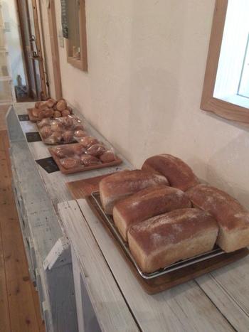 こちらでは、天然酵母と国産小麦、お塩やお砂糖も国産にこだわったパンの製造と販売も行っていて、お土産にも人気です。
