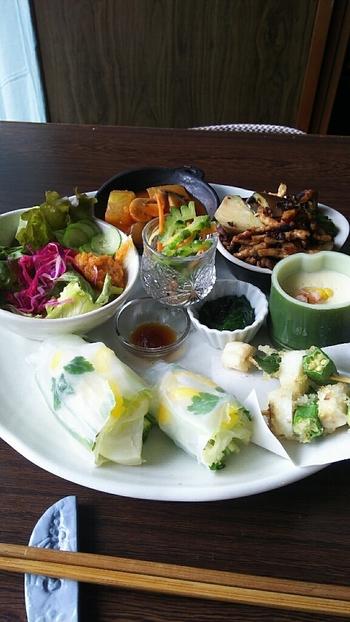 お料理は、すべてオーナーの手作り。こちらの「お野菜膳」は自家栽培や地元野菜を中心に、玄米ごはんと汁物のセットです。大きなプレートに、週替わりのさまざまな味付けで調理されたお料理が色どりよく盛り付けてあり、目でも楽しめます。